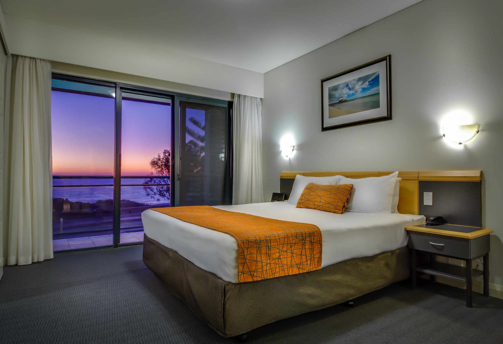 80 rooms and apartments, a short walk to Hillarys Harbour and 76 steps to the beach. Pool, Spa and BBq area with restaurant. This  one-bedroom serviced apartment is 45 sq.m ,  and can sleep 2 people m