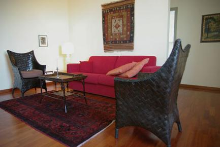 This bright 95 sq.mt apartment, completely renovated in 2008 and fitted with parquet flooring and air conditioning This  one-bedroom serviced apartment is 95 sq.m ,  and can sleep 4 people maximum.  T